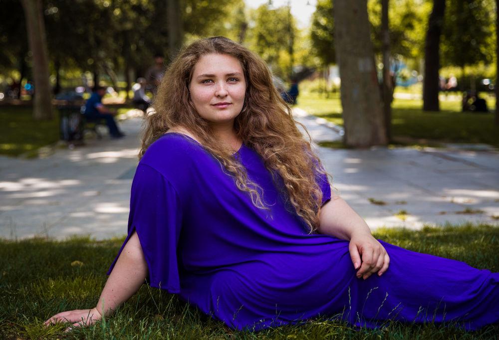 كتاب أطلس الجمال (The Atlas of Beauty) - صورة لفتاة تدعى بينار من أصول يونانية تركية
