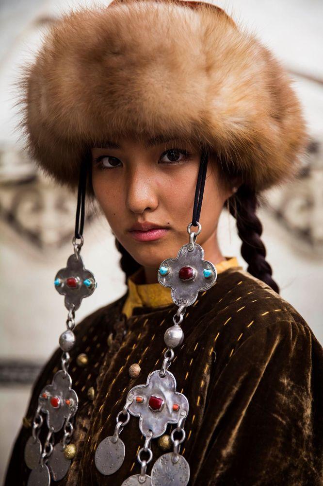 كتاب أطلس الجمال (The Atlas of Beauty) - صورة لفتاة من قرغيزستان
