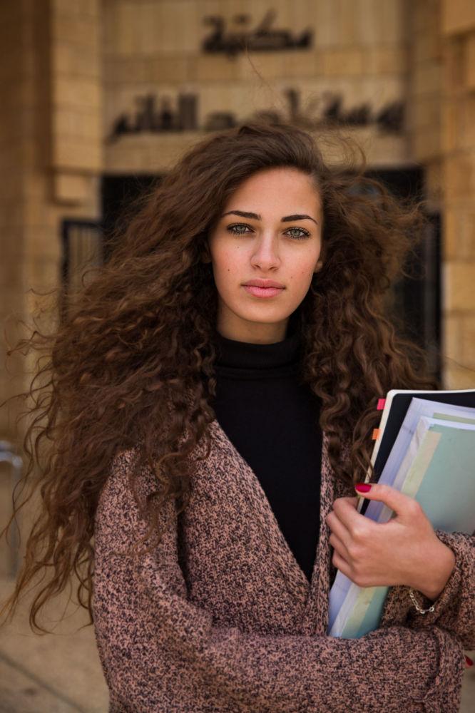 كتاب أطلس الجمال (The Atlas of Beauty) - صورة لفتاة تدعى أمل من فلسطين