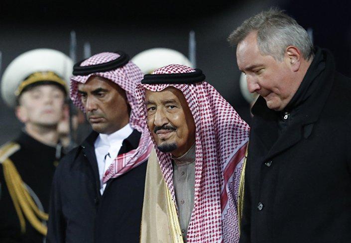 روغوزين في استقبال الملك سلمان لدى وصوله موسكو