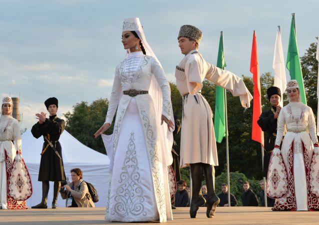 أداء المشاركين في فرقة الرقص التراثي آلان في حفل افتتاح المهرجان الثامن للثقافة والرياضة لشعوب القوقاز في فلاديكافكاز