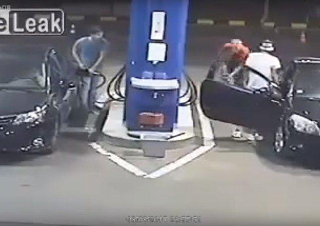 أغرب عقاب من عامل محطة وقود لشاب رفض إطفاء السيجارة