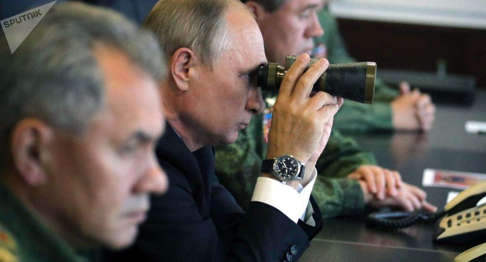 الرئيس فلاديمير بوتين أثناء زيارته إلى الحقل العسكري لوجسكي لمتابعة مناورات زاباد-2017 بين  روسيا وبيلاروسيا