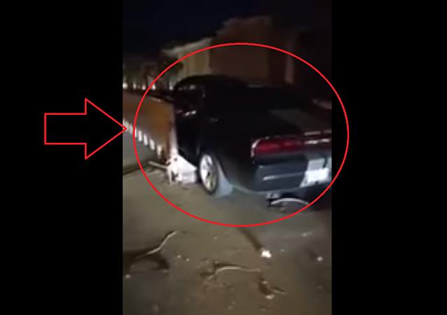 إمرأة تدخل بسيارتها في حاوية أثناء تعلمها القيادة