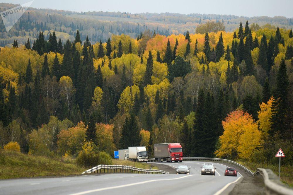 المناظر الطبيعية الجميلة في سيبيريا في الخريف