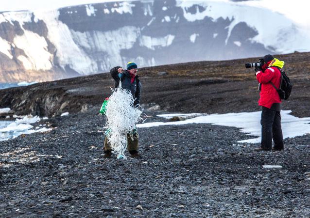 أرخبيل أرض فرانس جوزيف في بحر بارنتس في منطقة القطب الشمالي - علماء البيئة أندريه سكوروف وألكسندر تشيتشايف