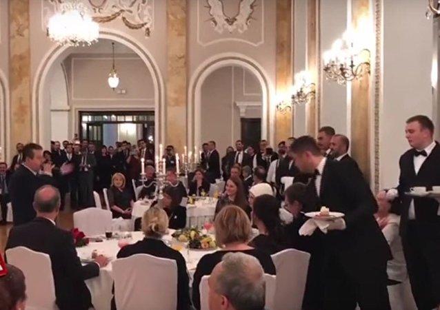 وزير خارجية صربيا يغني لأردوغان