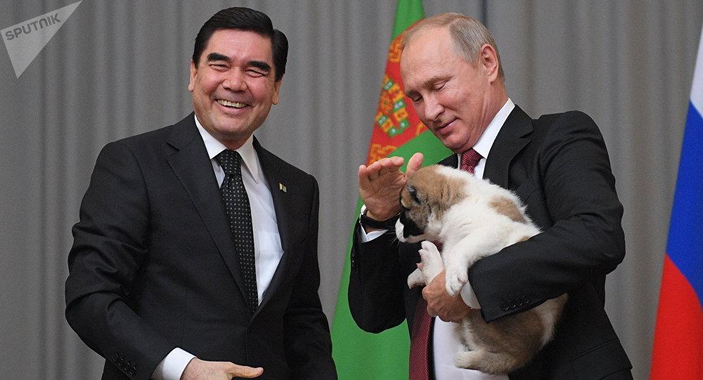 الرئيس التركماني يهدي بوتين جرو
