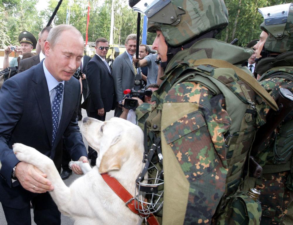 الرئيس فلاديمير بوتين خلال زيارته قسم القوات الخاصة التابعة للوزارة الداخلية الروسية في بلاشيخا بضاحية موسكو، روسيا عام 2011