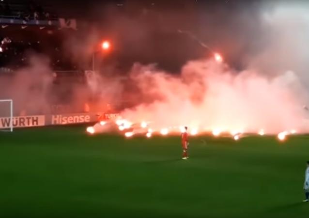 جمهور منتخب البوسنة يحرق الملعب بعد فشلهم في التأهل لنهائيات كأس العالم 2018