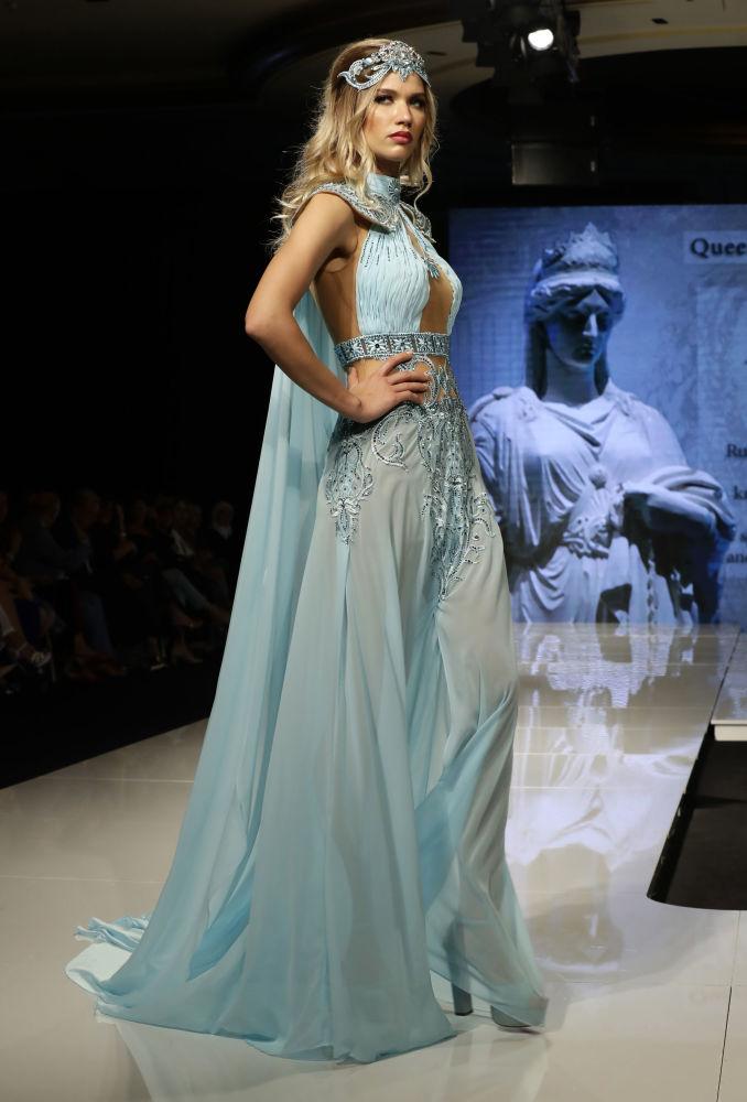 عارضة أزياء تقدم زيا مستوحى من ملكة زنوبيا (ملكة تدمر)، من تصميم المصممة السورية منال عجاج في عرض للأزياء إلهة الياسمين في بيروت، لبنان 11 أكتوبر/ تشرين الأول 2017