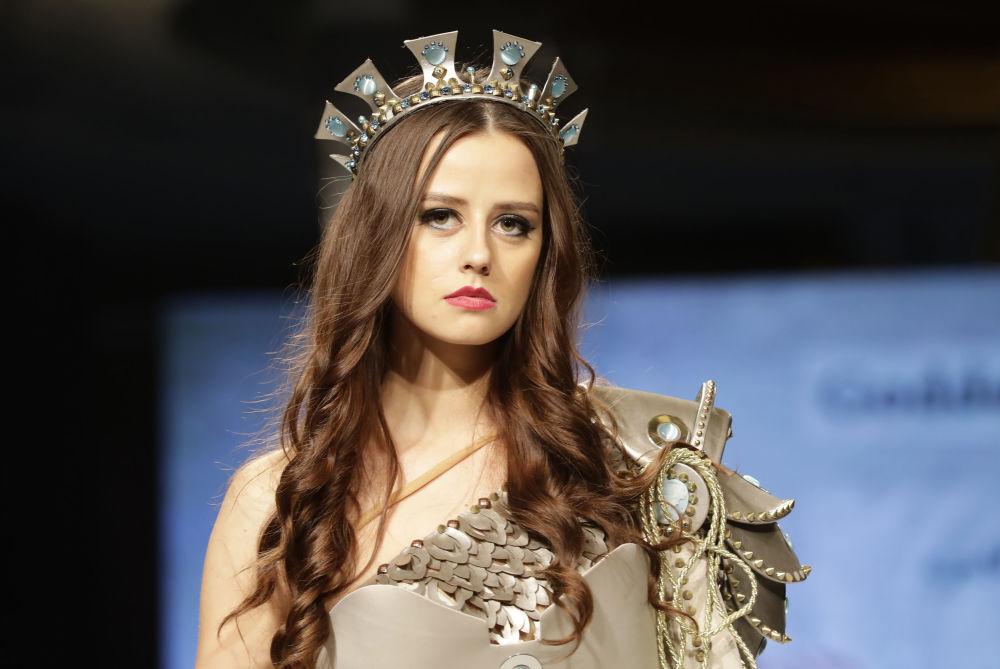 عارضة أزياء تقدم زيا مستوحى من الإلهة أترعتا ((ATARGATIS) من أعظم الآلهة التي كانت تعبد في الجزء الشمالي من سوريا)، من تصميم المصممة السورية منال عجاج في عرض للأزياء إلهة الياسمين في بيروت، لبنان 11 أكتوبر/ تشرين الأول 2017
