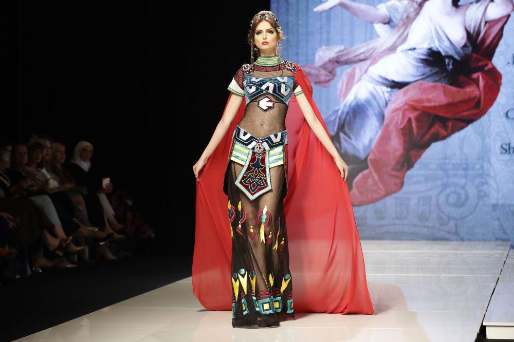 عارضة أزياء تقدم زيا مستوحى من الأميرة إليسار (Princess Elissar)، من تصميم المصممة السورية منال عجاج في عرض للأزياء إلهة الياسمين في بيروت، لبنان 11 أكتوبر/ تشرين الأول 2017