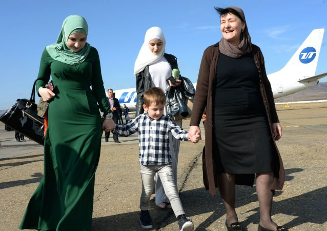 وصول أطفال روس، الذين تم انقاذهم في العراق، إلى مطار غروزني، الشيشان