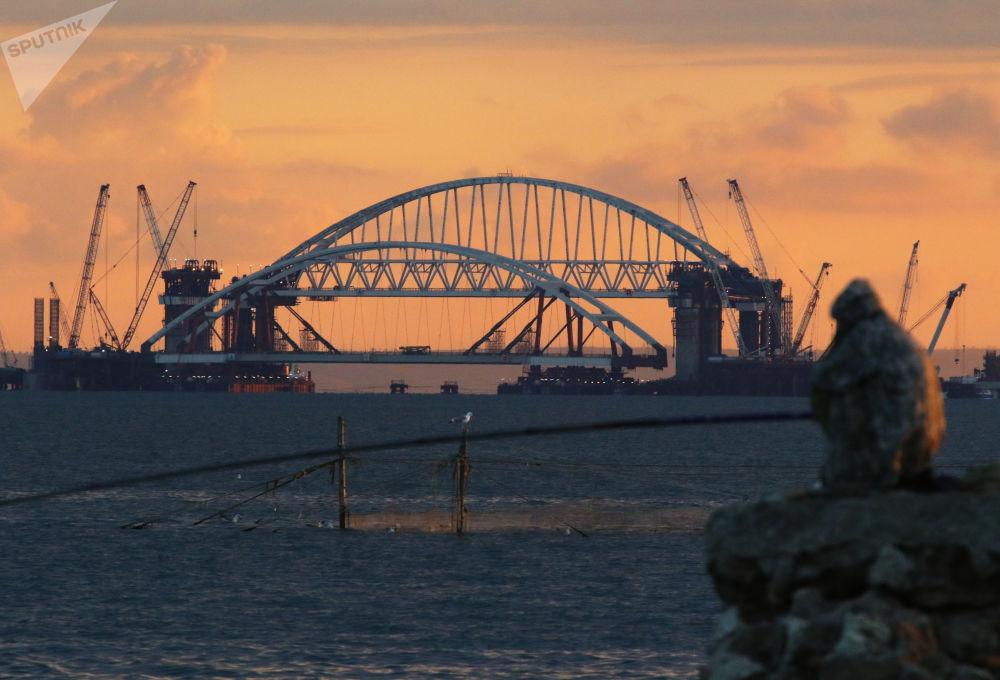 رفع وتثبيت القوس الخاص بممر السيرات فوق أعمدة جسر القرم في شبه جزيرة القرم، روسيا