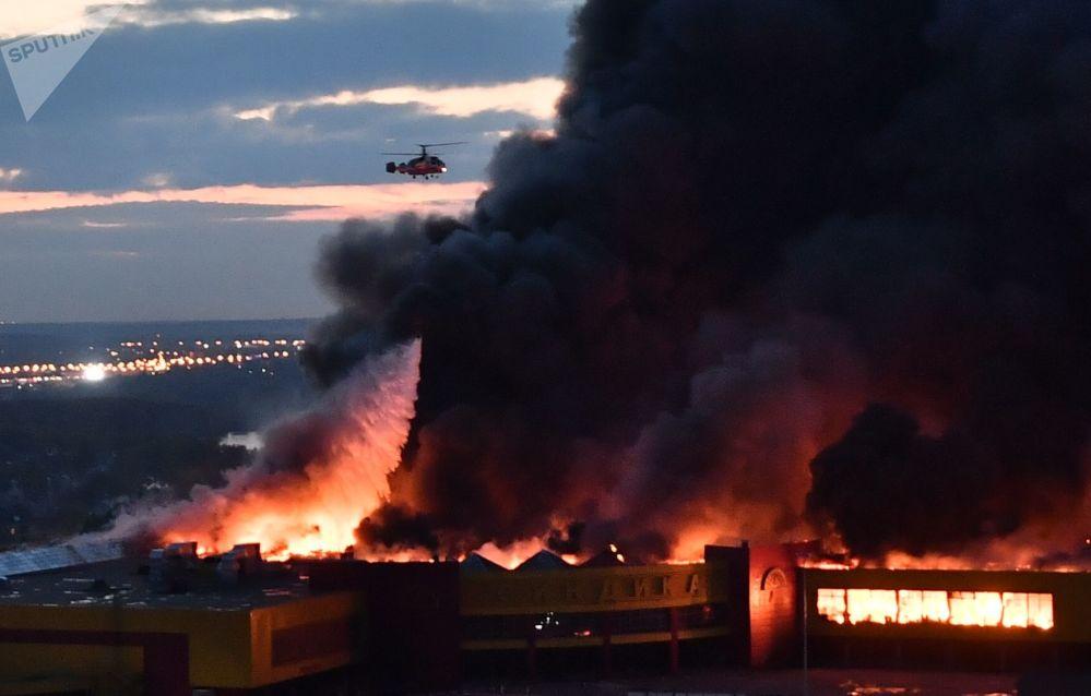 إطفاء حريق في محل تجاري لأدوات البناء سخودنيك في حي ستروغينو بموسكو