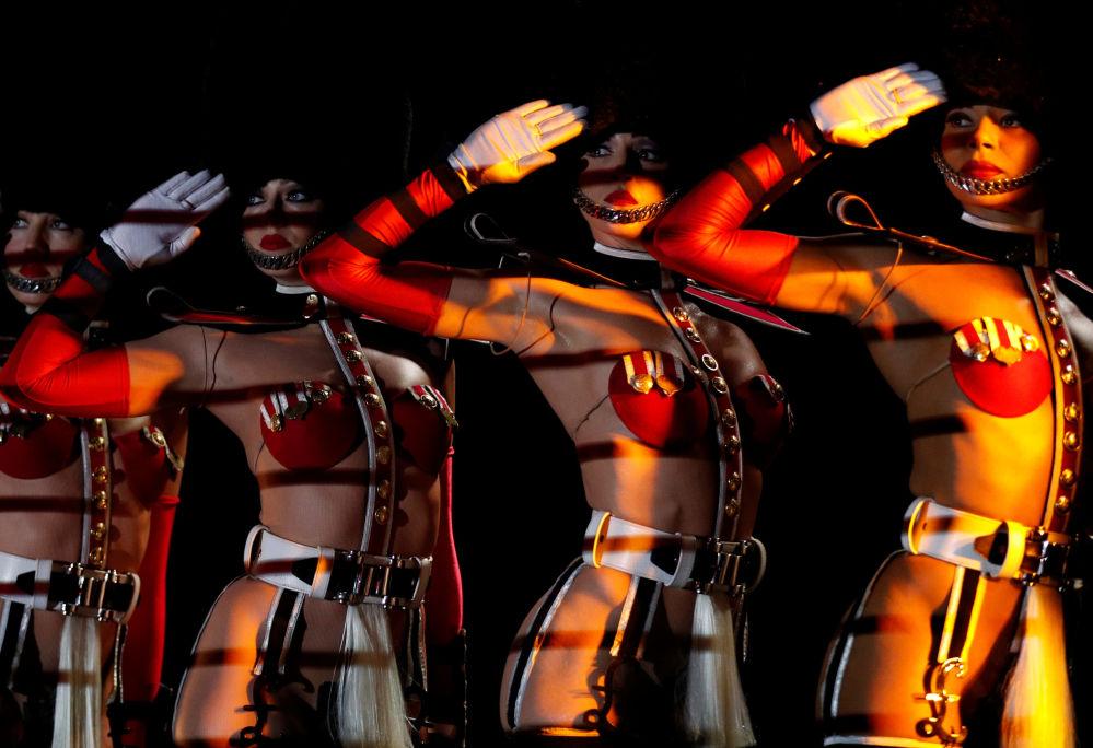 راقصات كاباريه فرنسيكريزي هورس (Crazy Horse) في باريس خلال الأداء الأولي في سنغافورة 11 أكتوبر/ تشرين الأول 2017