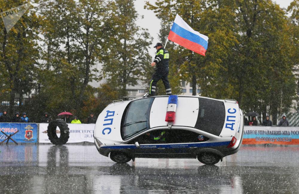 مسابقة رياضية لسيارات الشرطة الروسية بمناسبة يوم أفراد الداخلية الروسية