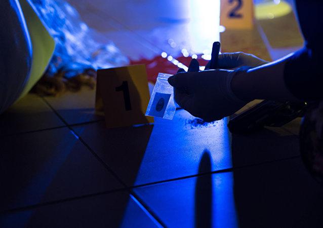 شرطي في مكان الجريمة