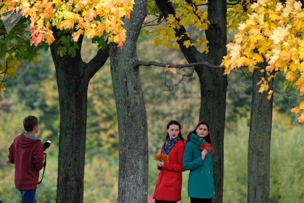 الفتيات في حديقة كولومينسكوي في موسكو