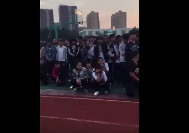 عقاب طلاب مدرسة