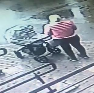 أم مع طفلها في الشارع