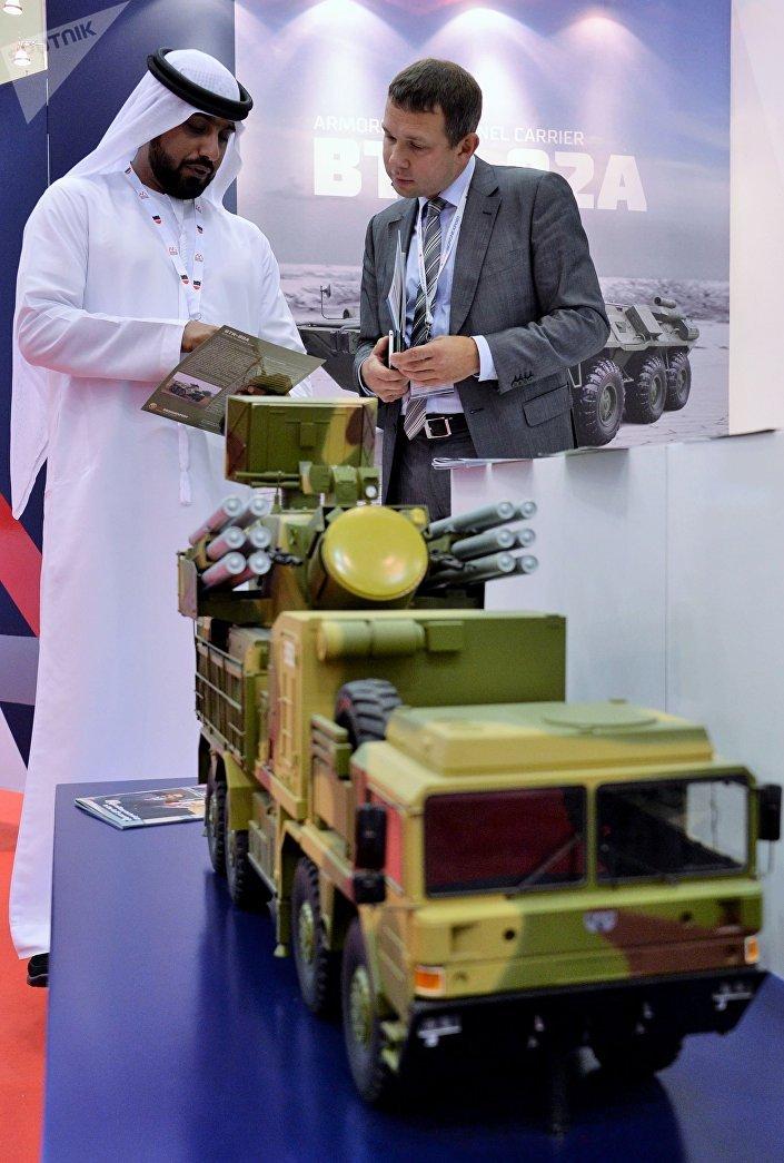 Альт: المعرض العسكري الدولي في البحرين (BIDEC-2017) - زائر يهتم بمعروضات الشركة الروسية روس أوبورن إكسبيرت