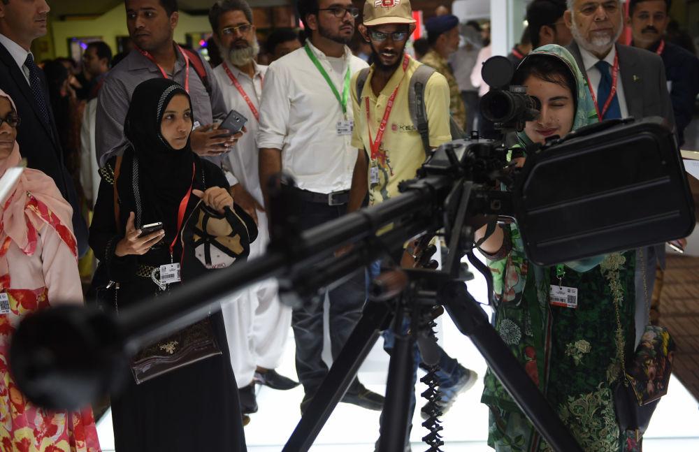 زائرات في المعرض العسكري الدولي IDEAS  في باكستان