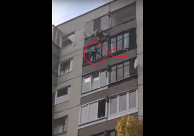 لحظة انتحار فتاة من الطابق التاسع