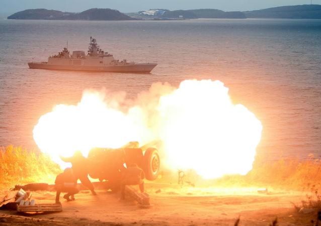 المدفعية تحي وصول الفرقاطة البحرية الهندية سابتورا في فلاديفوستوك للمشاركة في المناورات الروسية والهندية الدولية إندرا - 2017