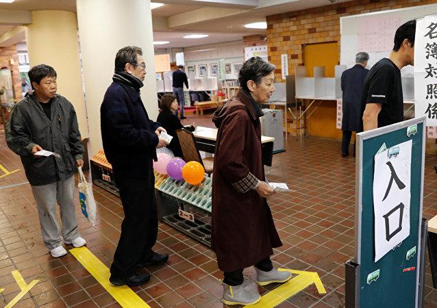 اليابانيون يدلون بأصواتهم