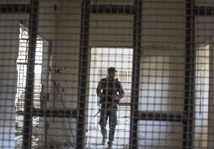 أحد أعضاء قوات سوريا الديمقراطية داخل سجن بناه مقاتلو داعش في مدينة الرقة