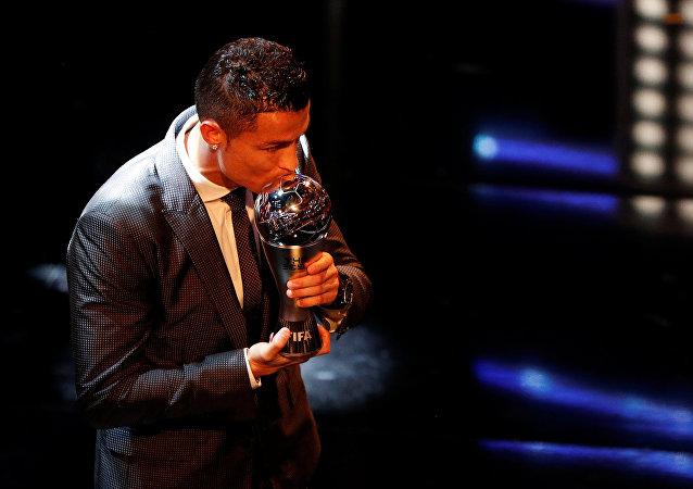 رونالدو يستلم جائزة أفضل لاعب لعام 2017