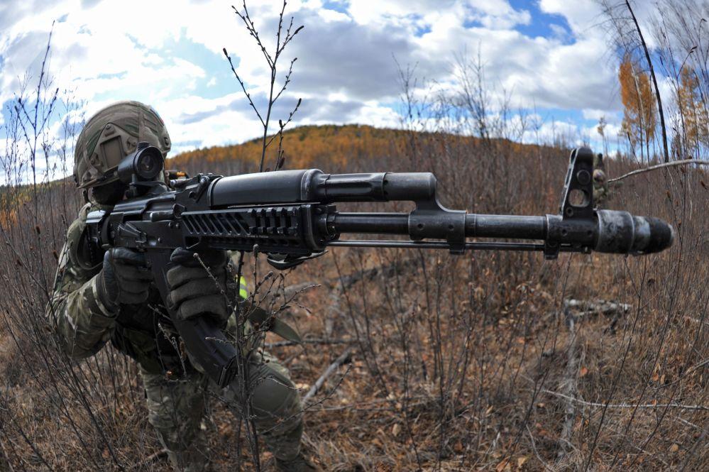 جندي أثناء التدريبات التكتيكية الخاصة ريلييف - 2017 في إقليم زابايكالسكي