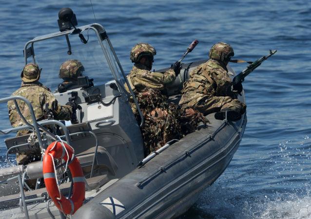 القوات الخاصة البحرية خلال بروفة عامة لاستعدادا لعرض السفن والعطلة الرياضية العسكرية، المخصصة ليوم البحرية الروسية في فلاديفوستوك