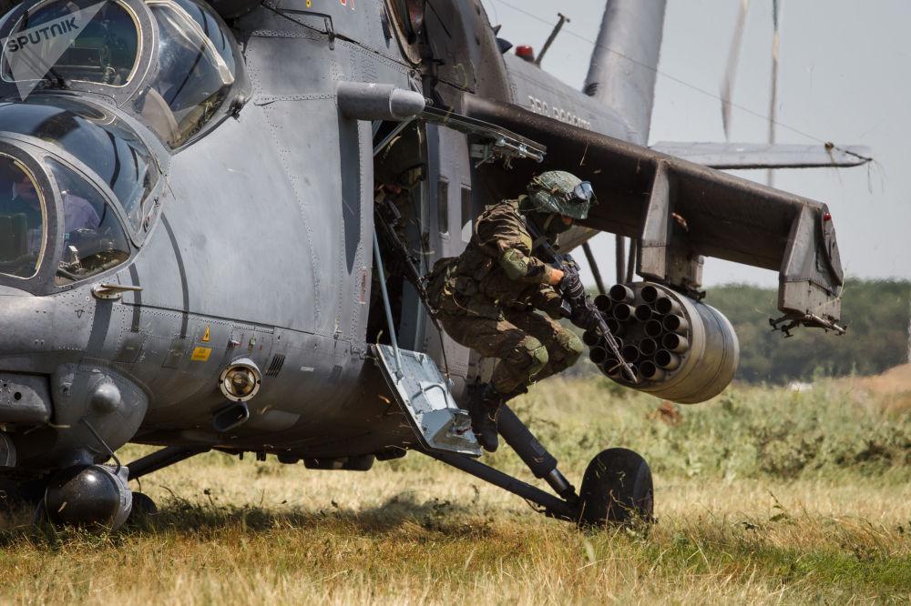 عناصر الوحدات ذات المهام الخاصة أثناء التدريبات التكتيكية الخاصة المشتركة مع طواقم الطيران العسكري في مطار كورينوفسكي في إقليم كراسنودار