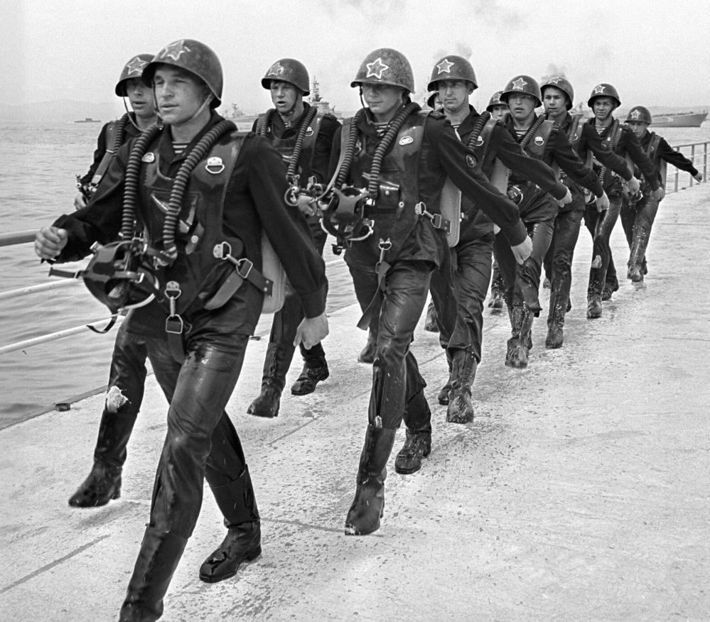 مجموعة من جنود الاستطلاع والاستخبارات التابعة لقوات البحرية خلال مسيرة احتفالية بيوم قوات الأسطول البحري