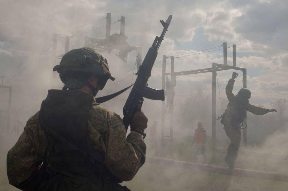 جنود من وحدة القوات الخاصة التابعة للمنطقة العسكرية المركزية خلال اختبارات التأهل في ارتداء القبعة الزرقاء في منطقة سمارا