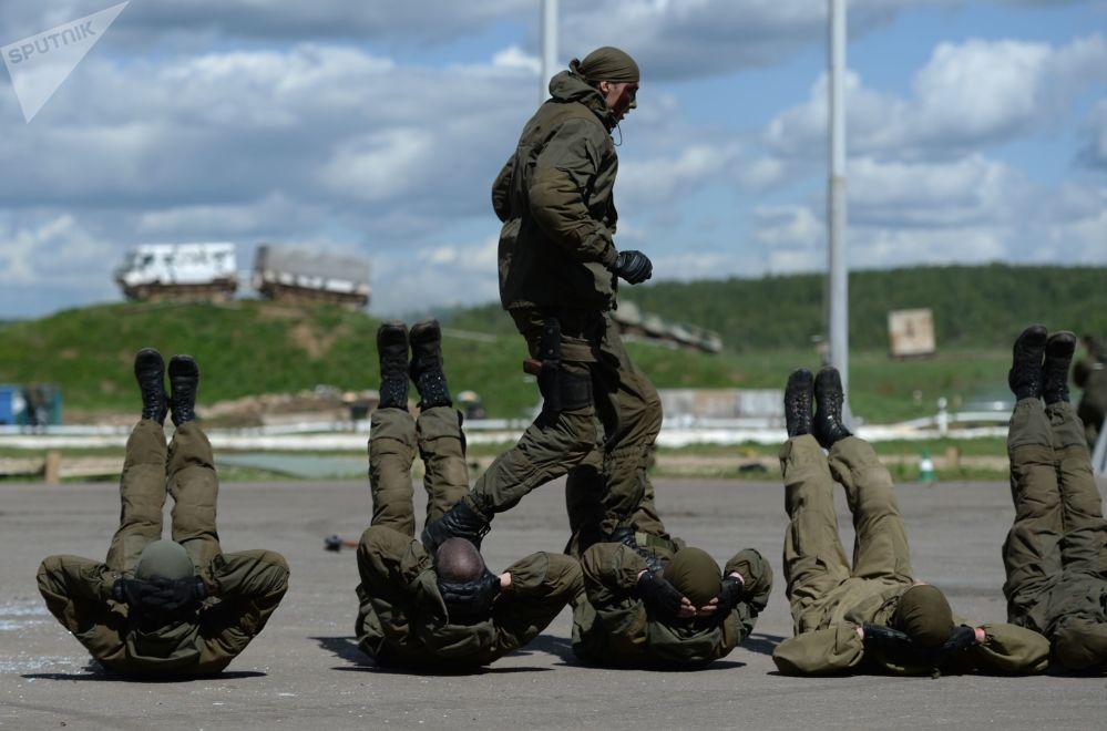 تدريبات تكتيكية للقوات الخاصة من الحرس الروسي التابع لوزارة الشؤون الداخلية لروسيا الاتحادية في إطار معرض يوم التكنولوجيات المتقدمة لـ هيئة إنفاذ القانون في روسيا الاتحادية