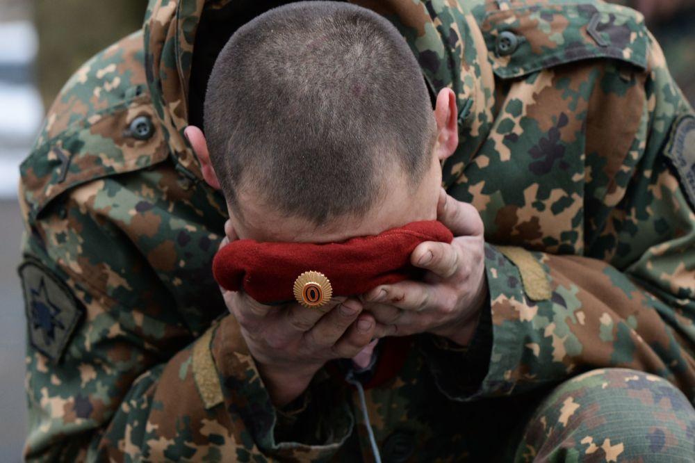 جندي من وحدة القوات الخاصة التابعة للخدمة الاتحادية في الحرس الوطني لروسيا الاتحادية أثناء مراسم توزيع قبعات المارون والقبعات الخضراء في منطقة نوفوسيبيرسك