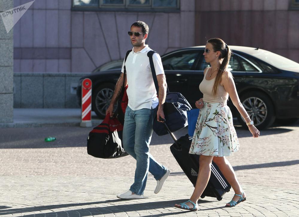 لاعب كرة قدم لفريق كراسنودار الروسي رومان شيروكوف وزوجته يكاتيرينا