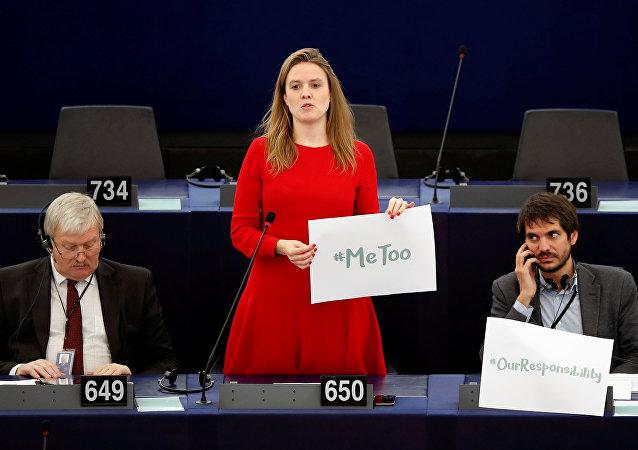 عضو البرلمان الأوروبي تيري رينتك تحمل لافتة الهاشتاغ مي تو خلال مناقشة التدابير الوقائية ضد التحرش الجنسي