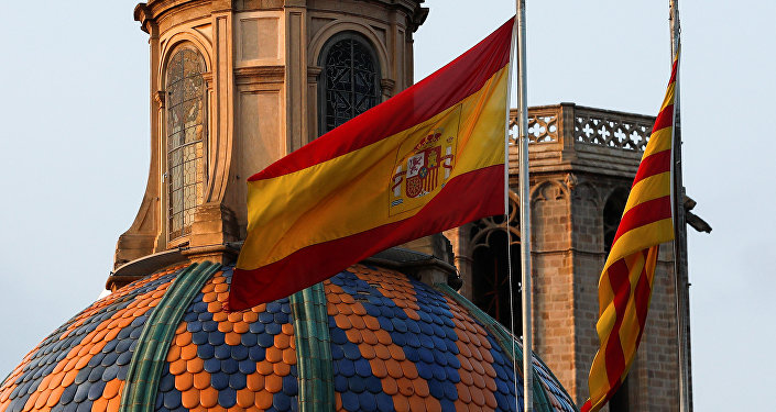 أعلام كتالونيا وإسبانيا على مقر الحكومة الكتالونية