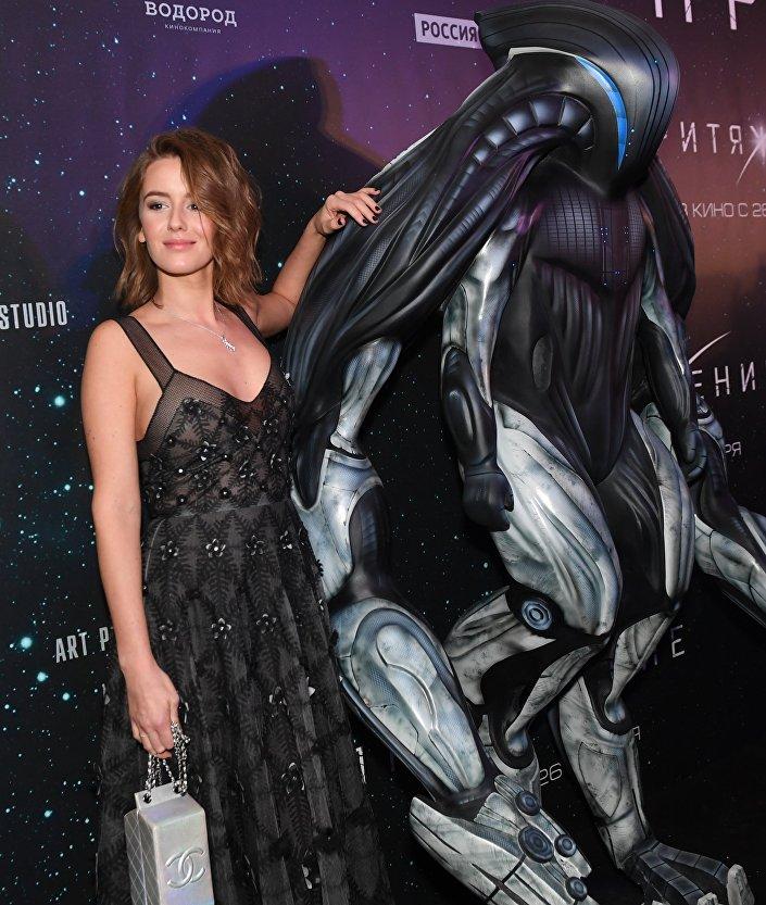 الممثلة إيرينا ستارشينباوم تحضر العرض الأول لفيلم الجاذبية