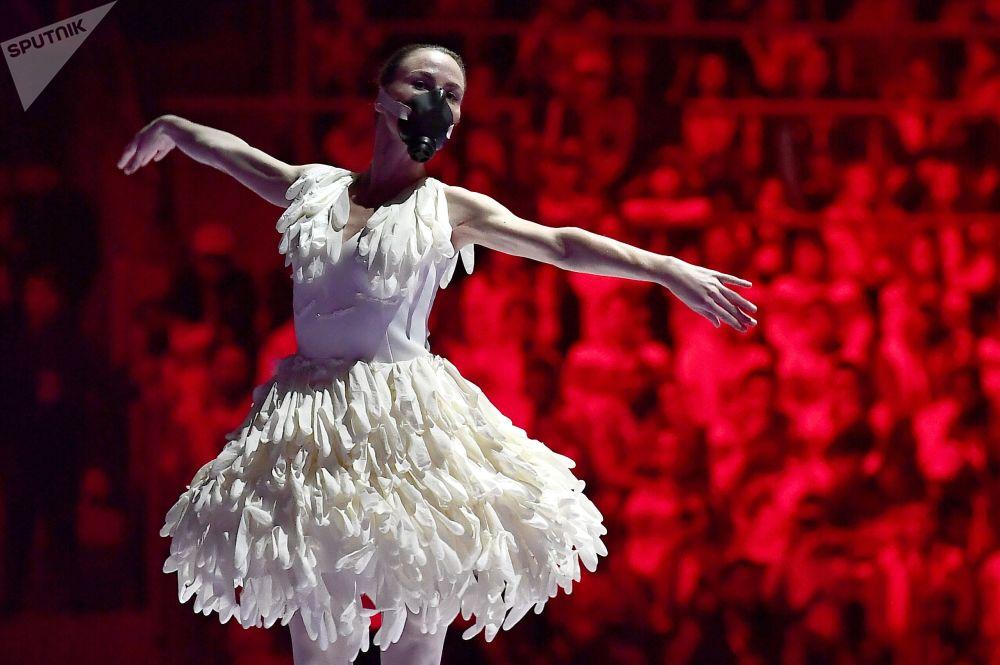 أداء مسرحي خلال حفل افتتاح المهرجان الدولي الـ 19 للشباب والطلاب في القصر الجليدي بولشوي في سوتشي، روسيا