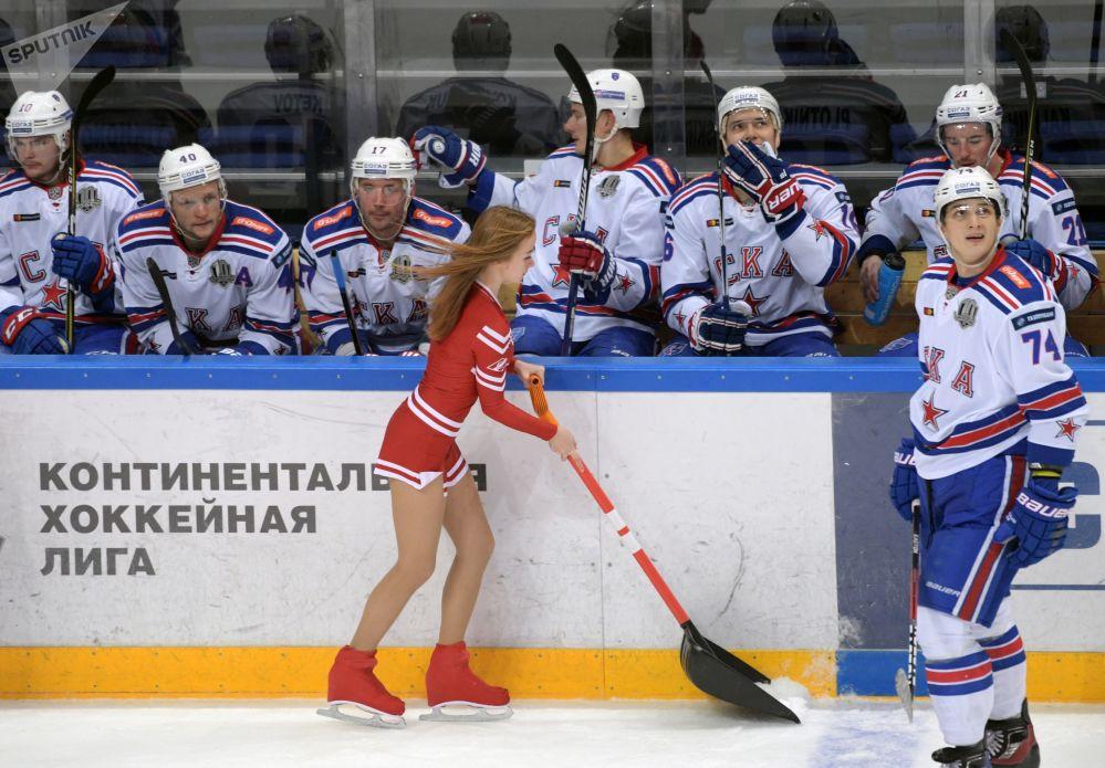 فتاة من فريق التشجيع خلال دوري القارات للعبة الهوكي في مباراة بين سبارتاك موسكو و سكا سك سانت بطرسبرغ