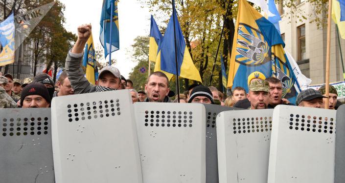 المشاركون في مسرة احتجاجية من أمام مبنى البرلمان الأوكراني رادا في كييف، أوكرانيا
