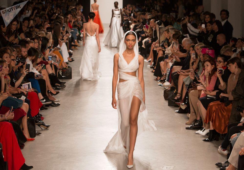 عارضات أزياء خلال عرض أسبوع الموضة للمصمم الروسي فالينتين يوداشكين في باريس، فرنسا