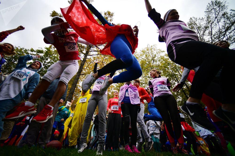 المشاركون في سباق للركض سباق خارق في حديقة موسكو سوكولنيكي بموسكو