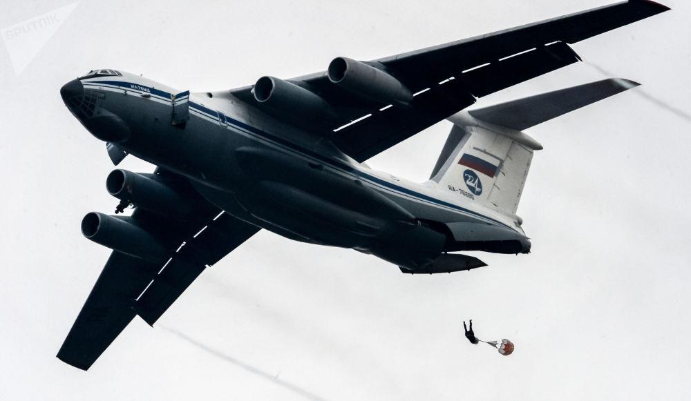 جندي من قوات الإنزال بمنطقة أوسوريسك أثناء الهبوط، ضمن المناورات في بريمورسكي كراي، روسيا